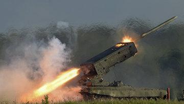 """Пуск ракеты тяжелой огнеметной системой залпового огня ТОС-1А """"Солнцепек"""""""