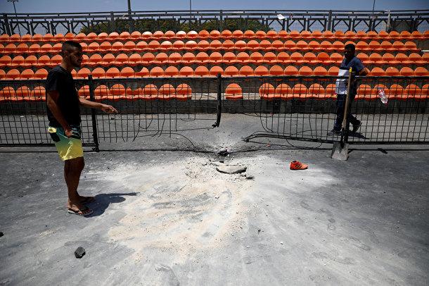 Спортивная площадка, поврежденная ракетой, выпущенной из сектора Газа, в Нетивоте, Израиль
