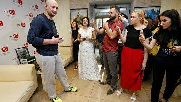 Аркадий Бабченко в офисе крымскотатарского телеканала АТР в Киеве