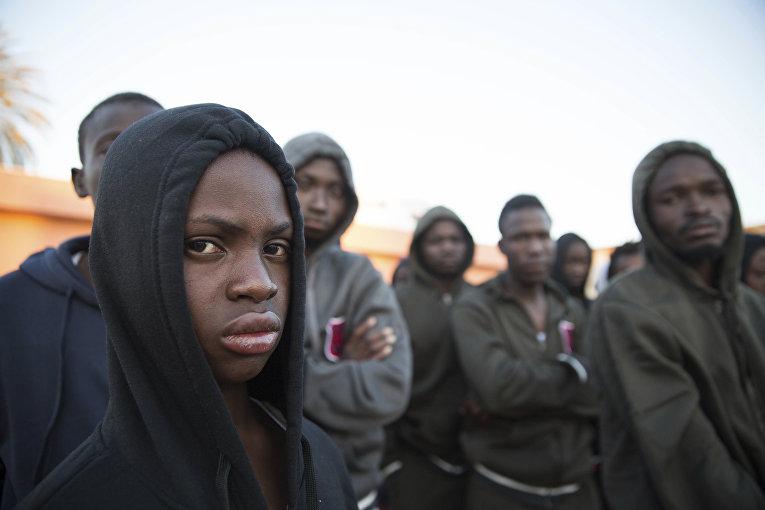 Мигранты из Мали, спасенные у побережье Ливии в Триполи
