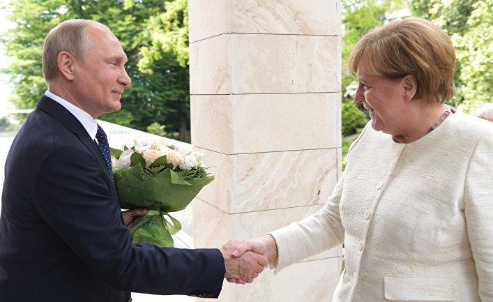 Президент РФ Владимир Путин и федеральный канцлер ФРГ Ангела Меркель во время встречи в Сочи