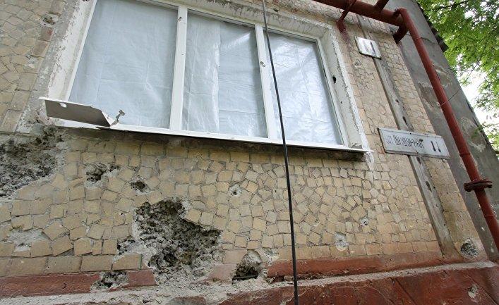 Жилой дом, пострадавший в результате обстрела, в поселке Горловка Донецкой области