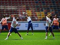 Игроки сборной России во время тренировки перед матчами чемпионата мира по футболу 2018.