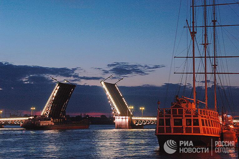 Дворцовый мост через Неву находится в самом центре Петербурга, на оси Дворцового проезда и Пушкинской площади