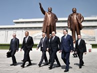 Министр иностранных дел РФ Сергей Лавров во время возложения цветов к памятнику первым северокорейским лидерам - Ким Ир Сену и Ким Чен Иру в Пхеньяне. 31 мая 2018