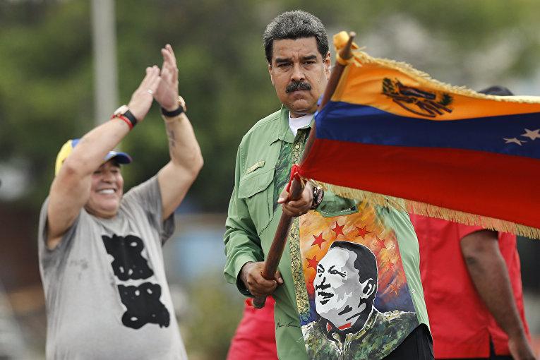 Николас Мадуро и Диего Марадона (слева) на предвыборном митинге в Каракасе, Венесуэла. 17 мая 2018
