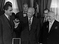 Никита Хрущев вручает президенту США Дуайту Эйзенхауэру копию вымпела, доставленного советской ракетой на Луну