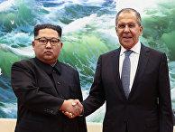 Министр иностранных дел России Сергей Лавров пожимает руку лидеру Северной Кореи Ким Чен Ыну во время встречи в Пхеньяне