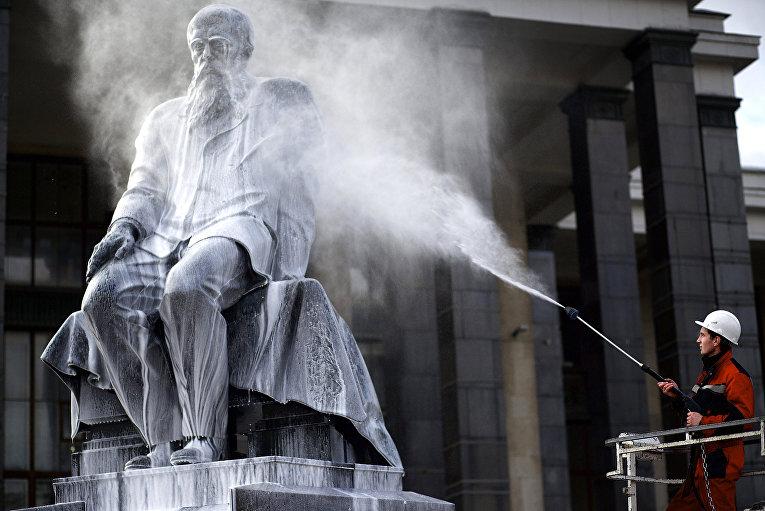 Чистка памятника писателю Федору Достоевскому
