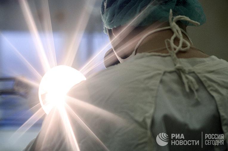 Медсестра в операционной детской областной больницы в Великом Новгороде