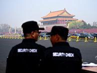Сотрудники службы безопасности у площади Тяньаньмэнь в Пекине