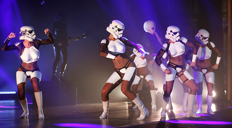 Артисты бурлеск-шоу The Empire Strips Back: A Star Wars Burlesque Parody в Лос-Анжелесе