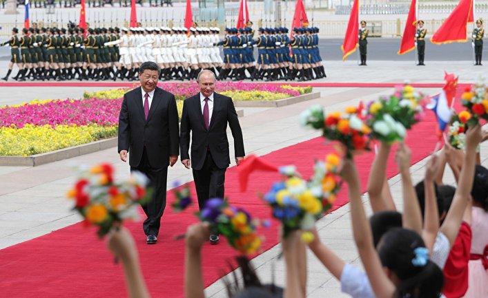 Президент РФ Владимир Путин и председатель КНР Си Цзиньпин во время встречи в Пекине. 8 июня 2018