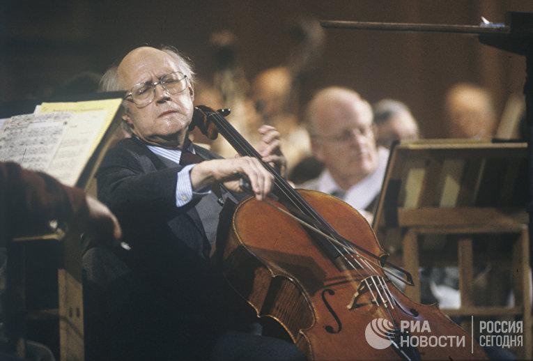 М.Ростропович выступает с Национальным симфоническим оркестром США