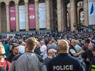 Участники акции протеста у здания парламента Грузии на проспекте Руставели в Тбилиси