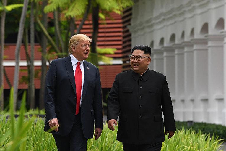 """Президент США Дональд Трамп и лидер КНДР Ким Чен Ын Во время прогулки у отеля """"Капелла"""" в Сингапуре. 12 июня 2018"""