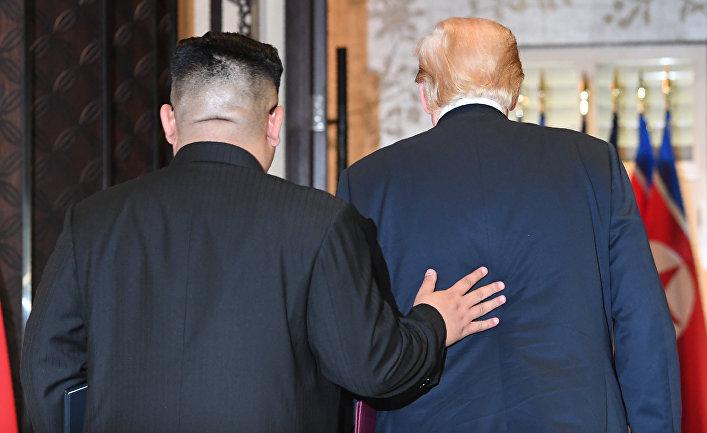 Лидер КНДР Ким Чен Ын и президент США Дональд Трамп после подписания документов по итогам встречи в Сингапуре. 12 июня 2018