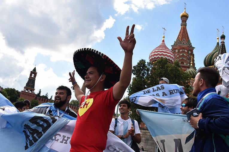 Болельщики сборной Аргентины у московского Кремля