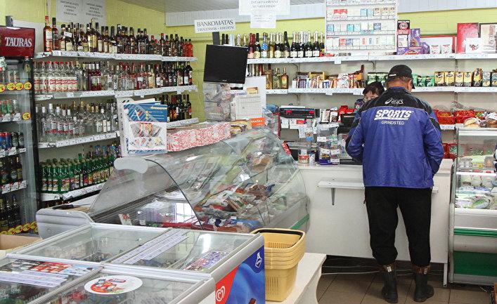 Алкогольные напитки в местном магазине в деревне Дебеикай, Литва