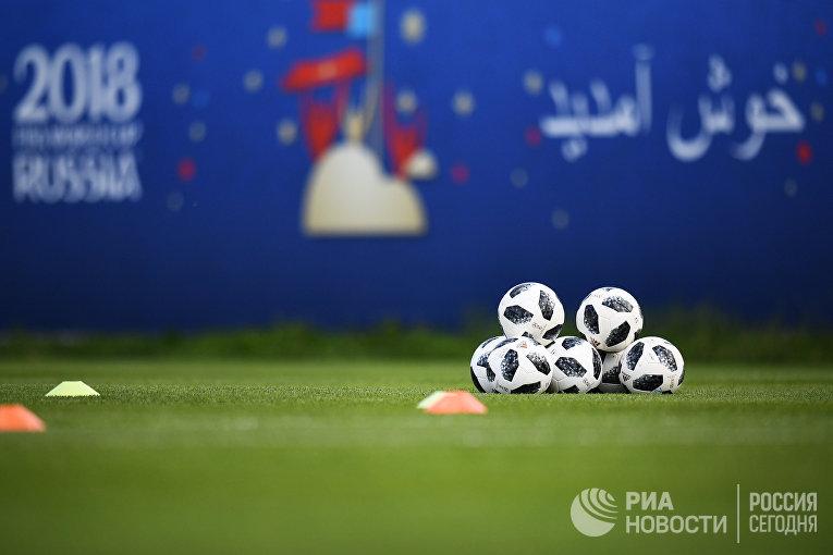 Футбольные мячи во время тренировки игроков сборной Ирана перед матчами чемпионата мира по футболу 2018