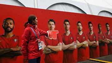 Волонтер указывает направление на тренировочной базе сборной Португалии в подмосковном Кратово.