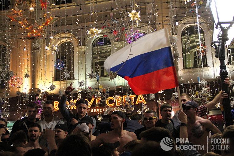 Болельщики отмечают в центре Москвы победу сборной РФ в матче-открытии ЧМ-2018 по футболу. 14 июня 2018
