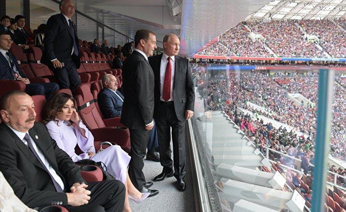 Президент РФ Владимир Путин и председатель правительства РФ Дмитрий Медведев на матче чемпионата мира по футболу между сборными России и Саудовской Аравии