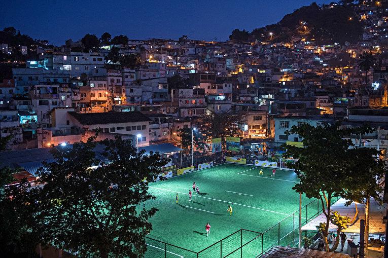 Дети играют в футбол в Рио-де-Жанейро