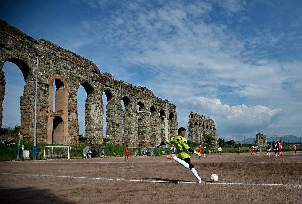 Футбольное состязание у акведука Феличе в Риме
