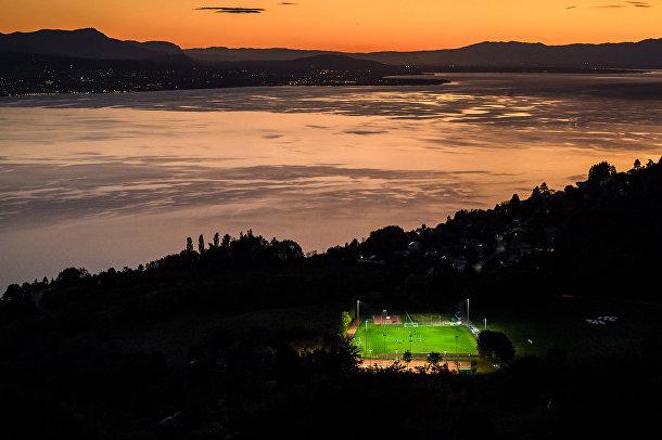 Футбольное поле у Женевского озера
