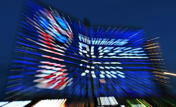 Символика чемпионату мира по футболу FIFA-2018 на домах-книжках на Новом Арбате в Москве