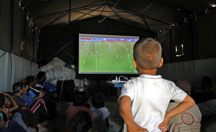 Перемещенные сирийцы смотрят футбольный матч ЧМ-2018 в лагере Айн-Исса