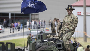 Военнослужащий армии США во время совместных учений войск НАТО в Купишкисе, Литва. 12 июня 2016