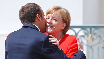 Канцлер Германии Ангела Меркель и президент Франции Эммануэль Макрон в Мезеберге