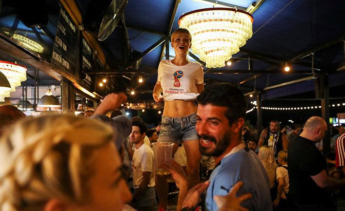 Футбольные болельщики в баре на берегу реки Дон в Ростове-на-Дону