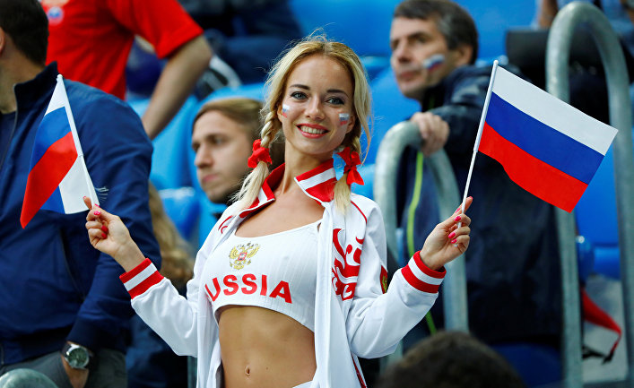 Болельщица во время матча ЧМ по футболу между сборными России и Египта