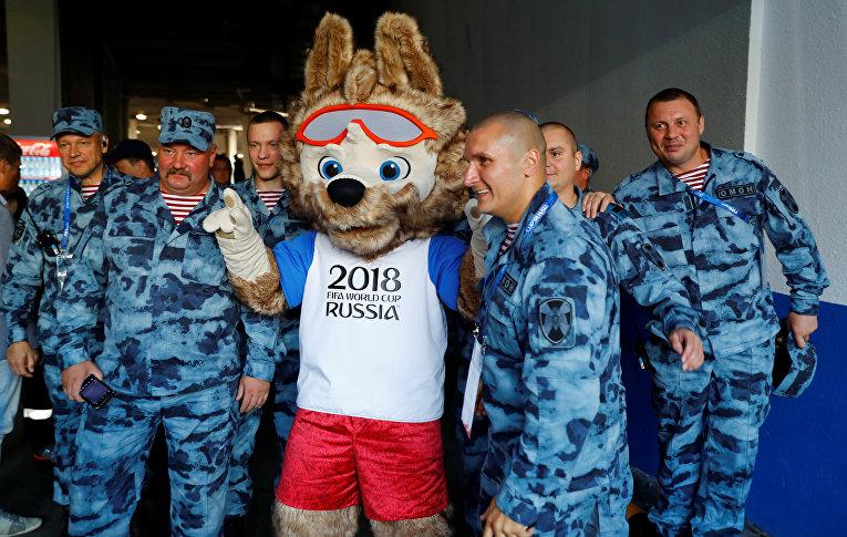 Талисман ЧМ по футболу Забивака фотографируется с полицейскими в Калининграде