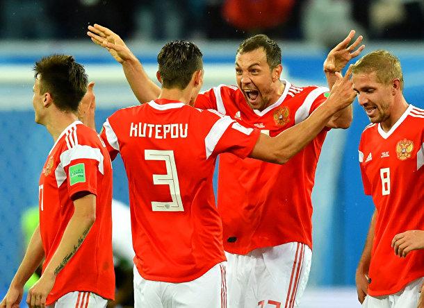 Игроки сборной России празднуют забитый гол во время матча со сборной Египта в Санкт-Петербурге