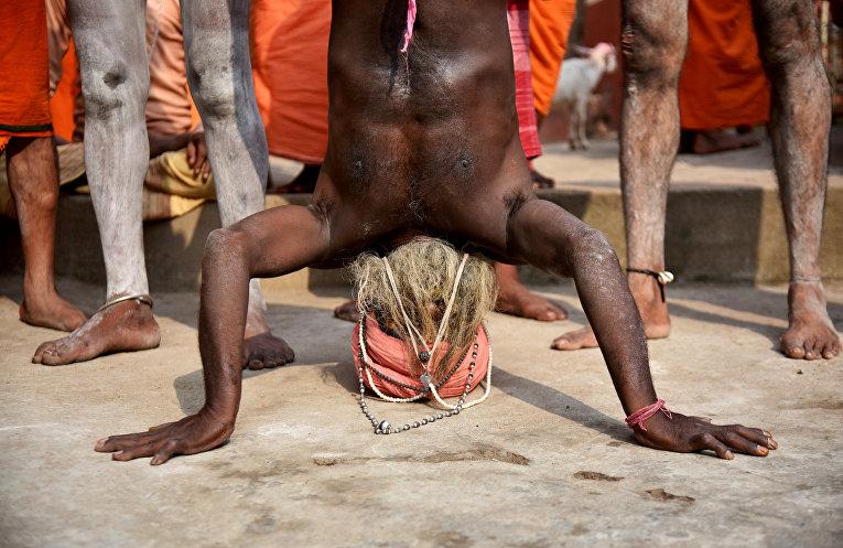 Занятия йогой в храме Камахья в Гувахати, Индия