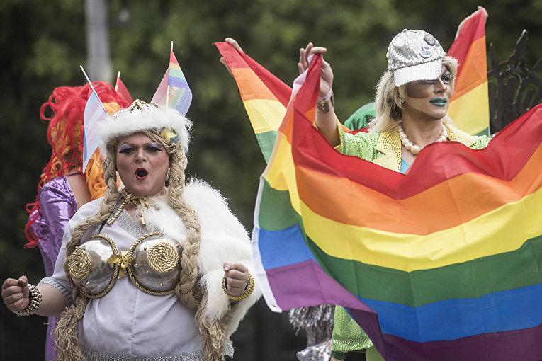 Участники «Марша равенства» в поддержку ЛГБТ сообщества в Киеве