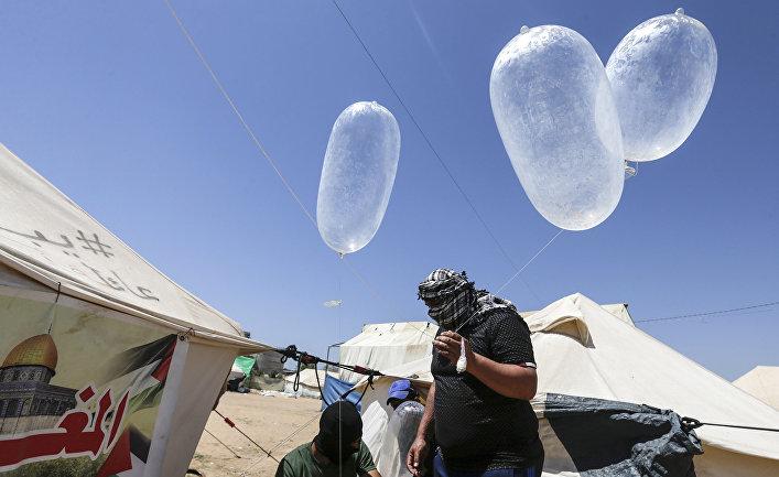 Палестинские протестующие запускают самодельные взрывоопасные средства на границе Израиля и газы в Аль-Бурейдж