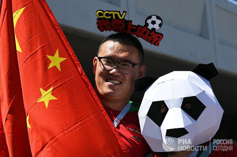 Болельщик перед матчем чемпионата мира по футболу между сборными Португалии и Марокко