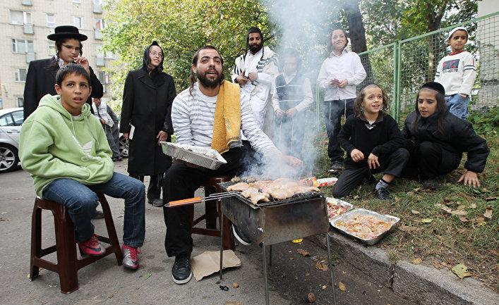 Еврейский праздник с шашлыком. Архивное фото