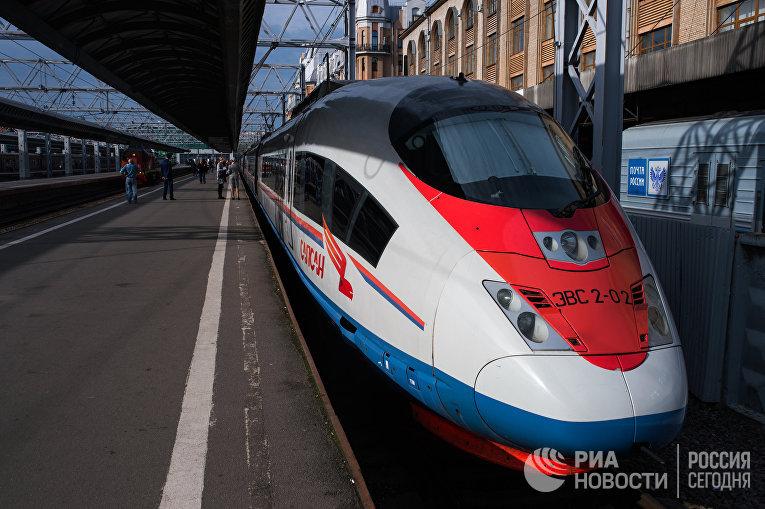 """Высокоскоростной поезд """"Сапсан"""" на Московском вокзале в Санкт-Петербурге"""