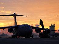 """Американский стратегический военно-транспортный самолет C-17 """"Глоубмастер"""" III на авиабазе Рамштайн, Германия"""