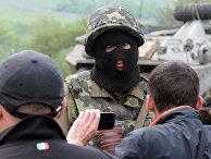 Украинский военный и жители востока Украины