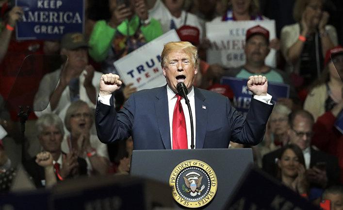 Президент США Дональд Трамп выступает перед сторонниками в Элкхарте