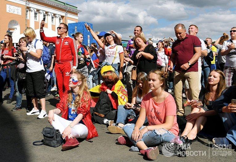 Болельщики в фан-зоне перед началом просмотра трансляции матча группового этапа чемпионата мира по футболу между сборными Уругвая и России в Санкт-Петербурге.