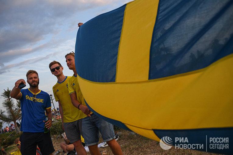 Шведские болельщики празднуют Мидсоммар в Сочи