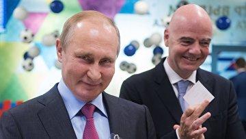 Президент РФ Владимир Путин и президент FIFA Джанни Инфантино получили паспорта болельщика
